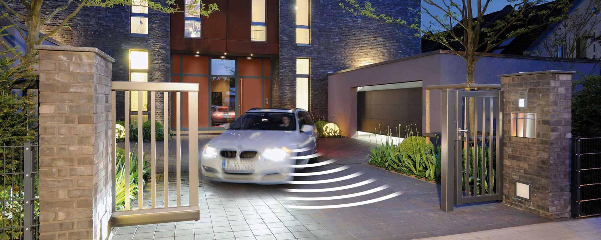 Einfahrt, Haustüre und Garagentor